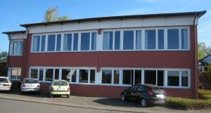 Evang. Gemeindezentrum Hohenstaufenstr. 28, 76646 Bruchsal-Heidelsheim Haupteingang zum EG auf der Gebäuderückseite Eingang zum UG für Gruppen auf der linken Seite.